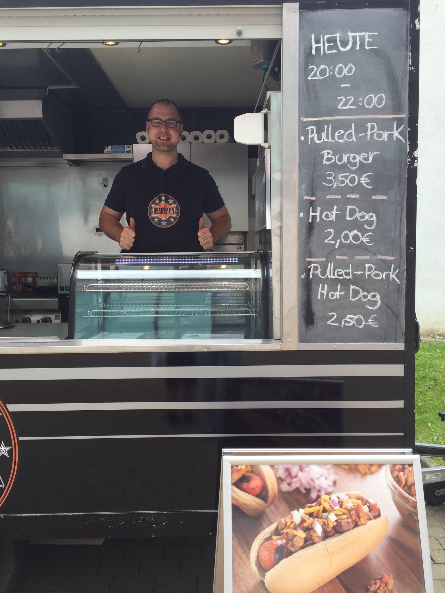 Jonas von #Mampfy bekocht uns morgen auf der #ADD_ON, heute von 20-22 Uhr könnt ihr seine Burger & Hotdogs vor Haus 9 @HS_Harz schon kaufen. https://t.co/cFzW1E8URz