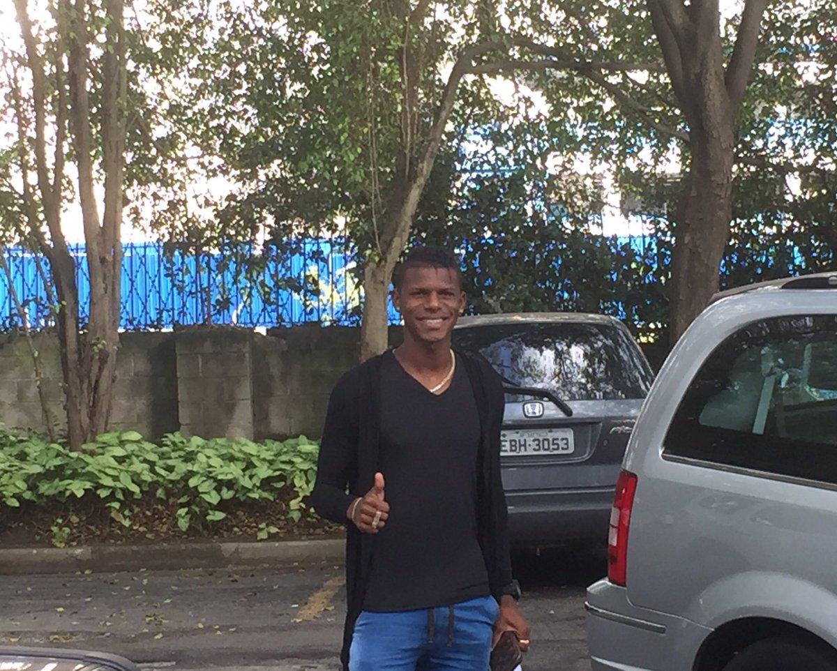 Robert Arboleda! Tá na área no Tricolor. Zagueiro equatoriano acabou de chegar ao CT. Reforço do São Paulo para a defesa #trspfc
