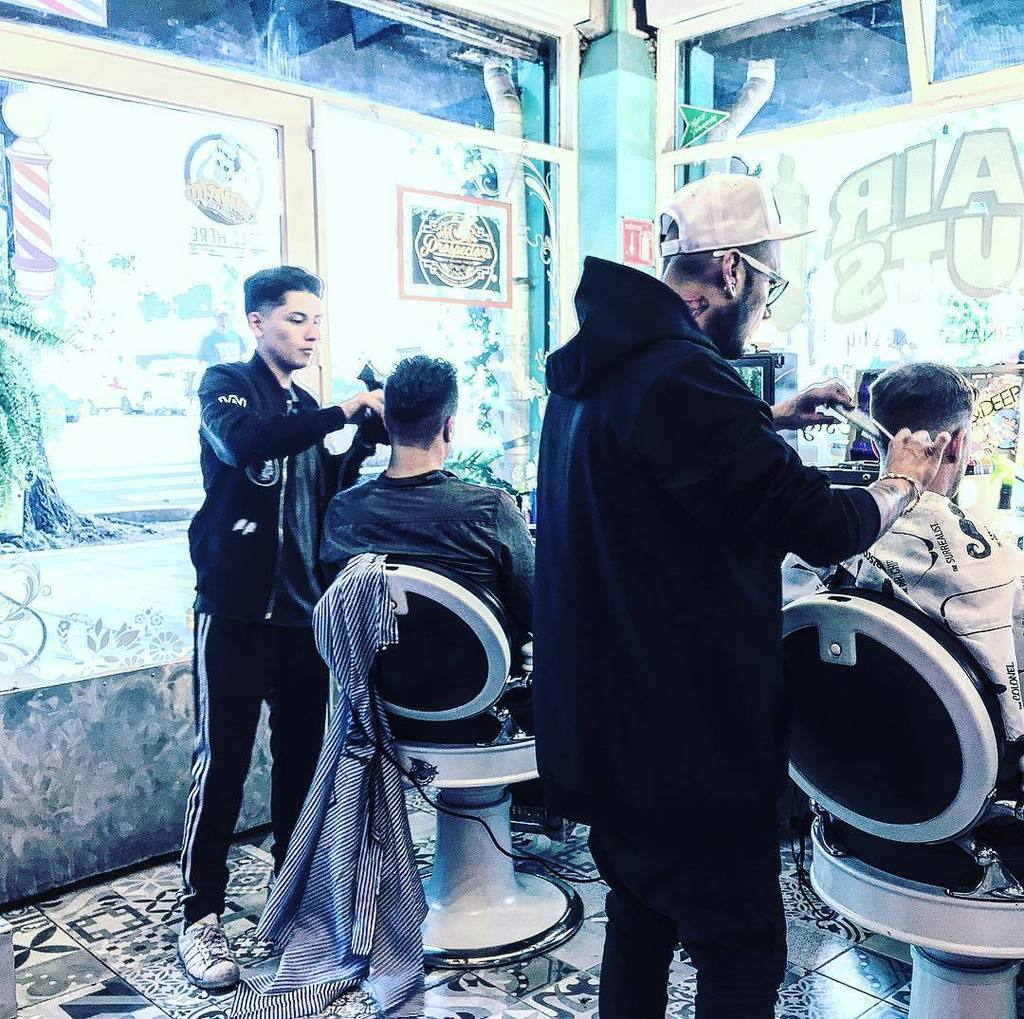 Chuleando #famous #famousbarbershop #famousbeautysalon #dandole #cortedepelo #barberiaenlaroma #losmejores #pontel…  http:// ift.tt/2sybJLD  &nbsp;  <br>http://pic.twitter.com/QjVu8NRx9j