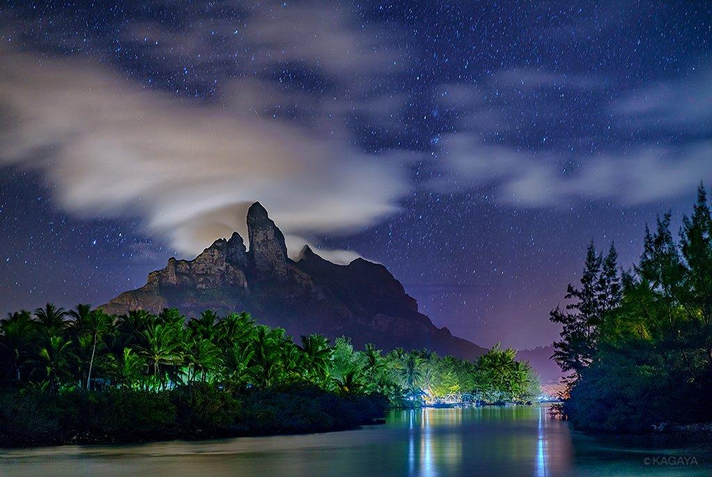 タヒチ、ボラボラ島の中央にそびえるオテマヌ山。 山にかかる笠雲が月光と村の灯りに照らされていました。(先週撮影) 今週もお疲れさまでした。素敵な週末になりますように。