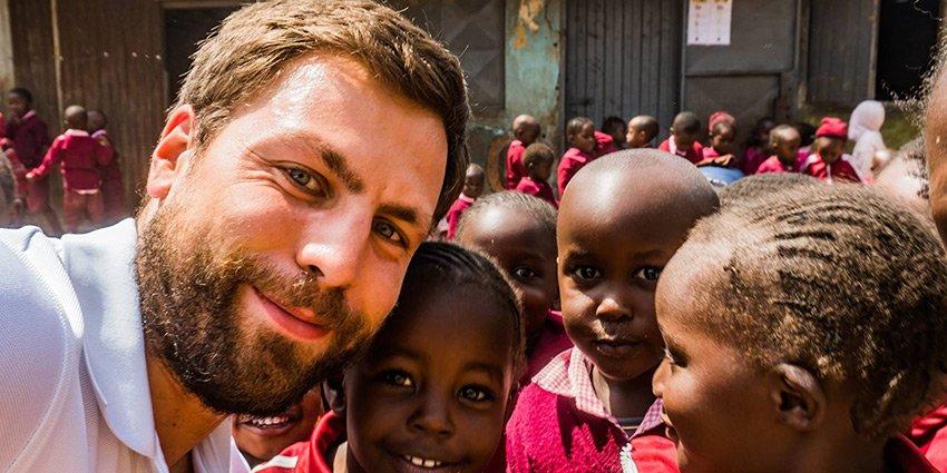 """""""Trotz unbeschreiblicher Armut überall Kinderlachen."""" Einsatzarzt Sascha Jatzkowski sendet uns Bilder aus #Nairobi: https://t.co/39PImsajjb https://t.co/D0sG0WSpY8"""