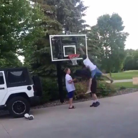 Pizza man got dunked on, asked for the 1-on-1 and got revenge 😂 (via Instagram/jigzy01)