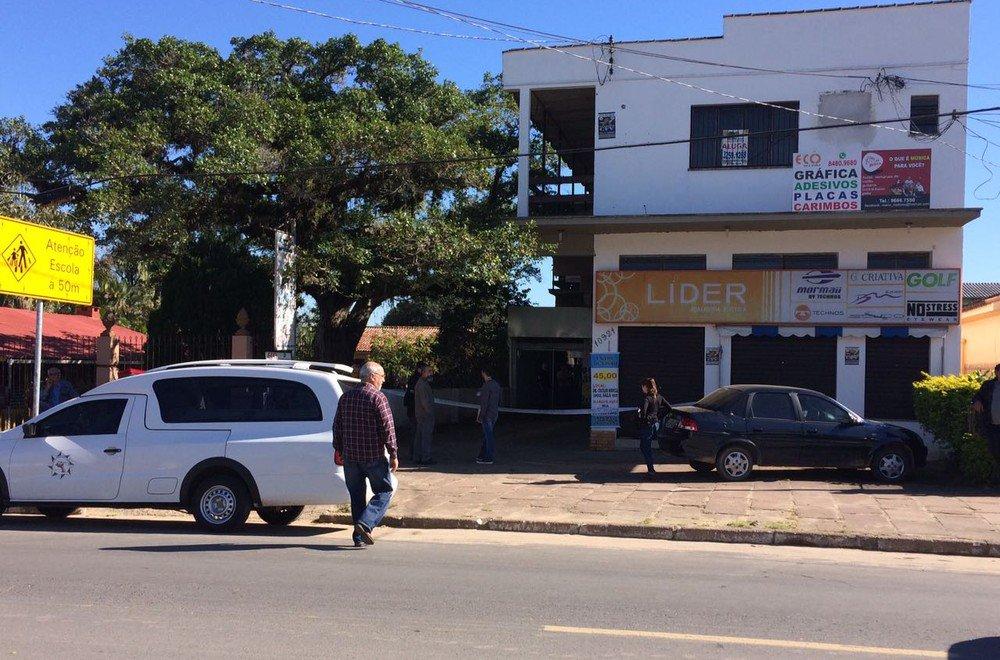 Policial aposentado é baleado e suspeito morre durante assalto a joalheria em Porto Alegre https://t.co/YV7Uo6bwvN