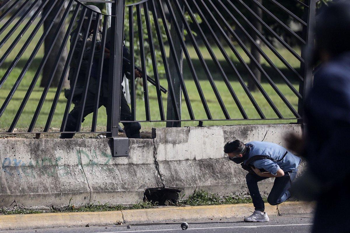 Pai de jovem morto em protesto na Venezuela foi chefe de Maduro https://t.co/1f1XqptI0W