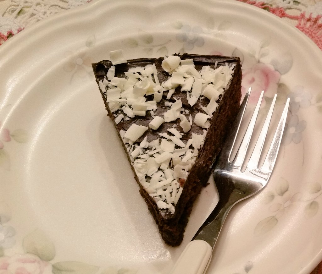 Slice of #chocolate cake with white chocolate topping to wish everyone a great start to the weekend! #FridayFeeling #yummy<br>http://pic.twitter.com/ix0iEWyEqg