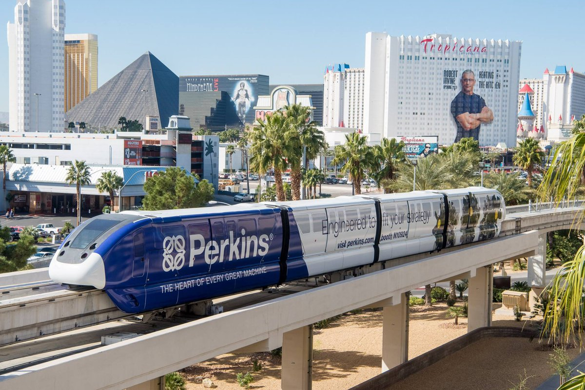 We see you, @RobertIrvine! And you, Chris Angel!  #LVMonorail #Vegas @TropLV @LuxorLV<br>http://pic.twitter.com/R5z18RT4Tg
