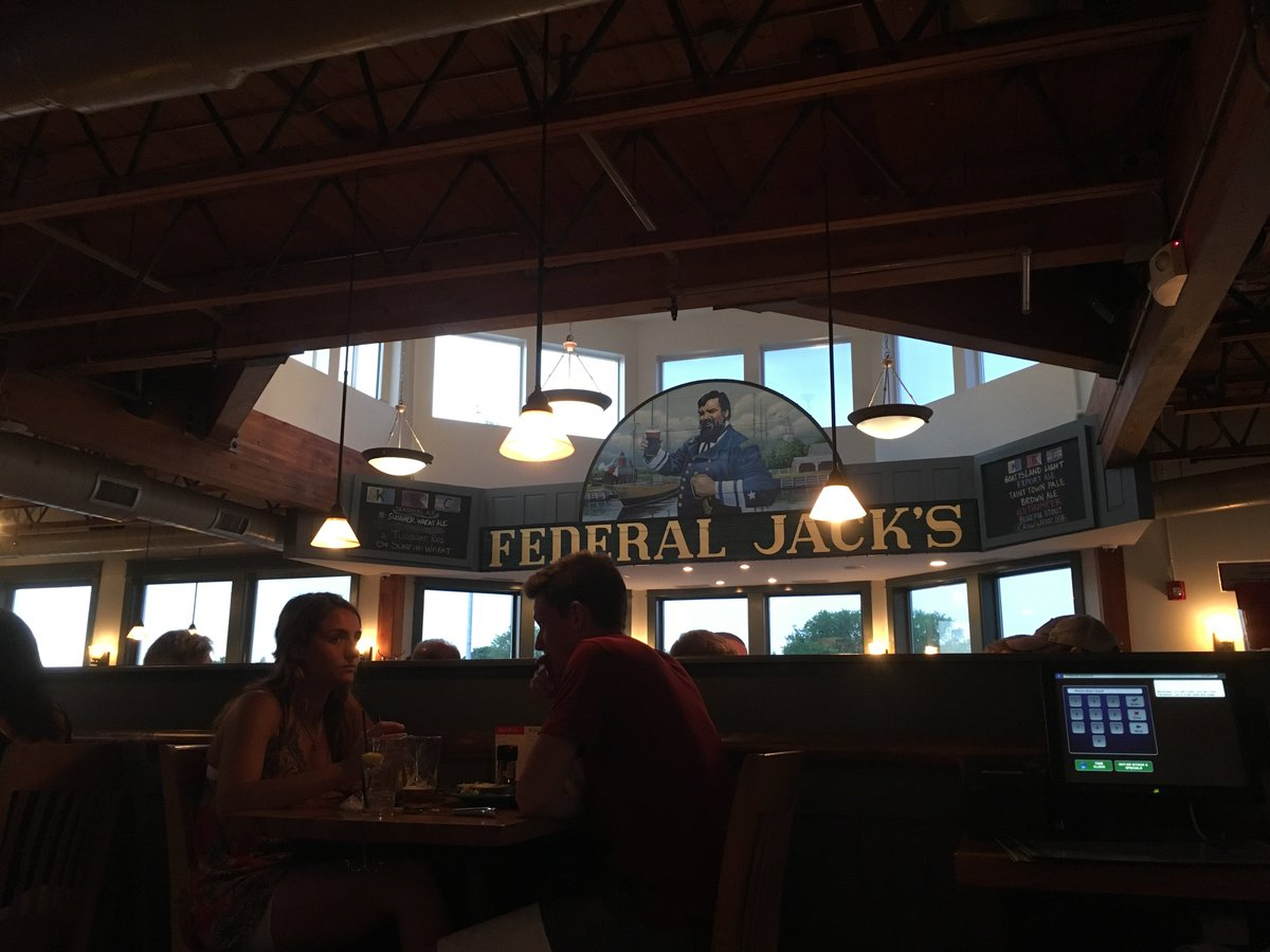 Have you ever been out to eat at Federal Jack&#39;s in Kennebunkport? It&#39;s an @UNEOrientation favorite! We recommend a visit #UNE #lifeatUNE<br>http://pic.twitter.com/sIPwF0NRYH