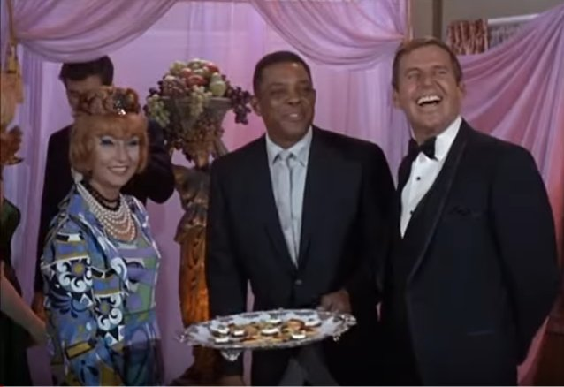 Willie Mays on Bewitched   https:// youtu.be/Kwe1sFgUTTU  &nbsp;    #Giants #Mets<br>http://pic.twitter.com/QjP76pOvDr