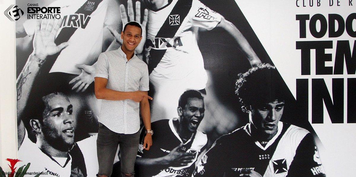 O volante Souza, cria da base do Vasco da Gama, fez uma visita a São Januário nesta sexta e foi homenageado pelo clube. Saudades, vascaíno?
