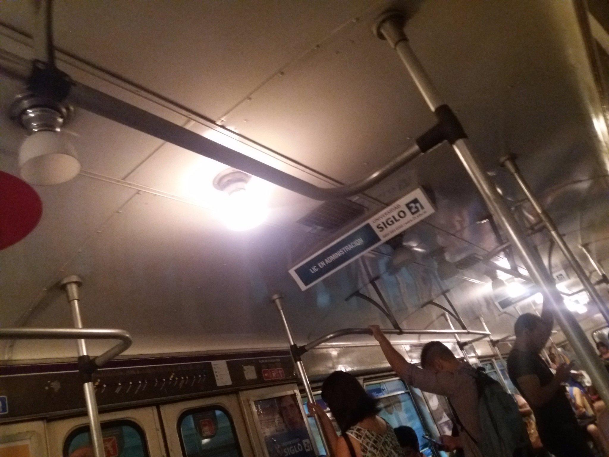 """Obras de #Cambiemos Subte Línea E, recorre el """"sur"""" de CABA... ni les importa. Coches antiguos sin """"aire"""" y con las """"lamparitas"""" quemadas https://t.co/l2lQU4SOdE"""