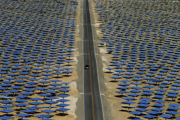 POW! California&#39;s generating so much #solar power it&#39;s paying other states to take it:  http:// buff.ly/2rZDLky  &nbsp;    #ActOnClimate #renewables<br>http://pic.twitter.com/v95nW5xt4s