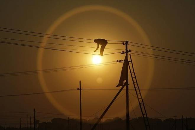 Power surplus Gujarat stares at scarcity as Tata Power, Essar Power, Adani Power cut back on supply https://t.co/L6ixECHhry