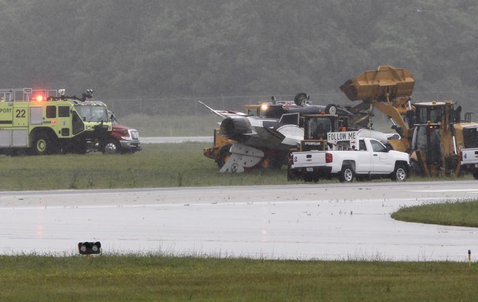 F-16 Thunderbird crashes, flips over at Dayton International Airport https://t.co/9ztQw6ghbI