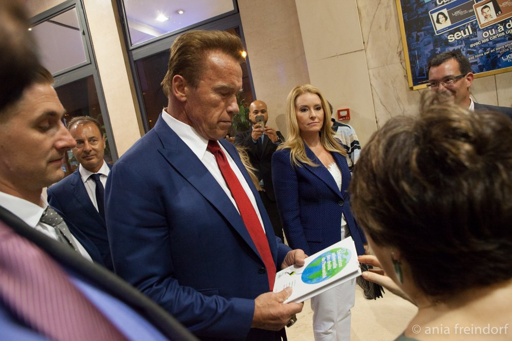 @schwarzenegger receives #humankindrights declaration from @corinnelepage #Paris during @WondersofSea3D #HumanRights #environment #Climat <br>http://pic.twitter.com/2ZvaRx0og9