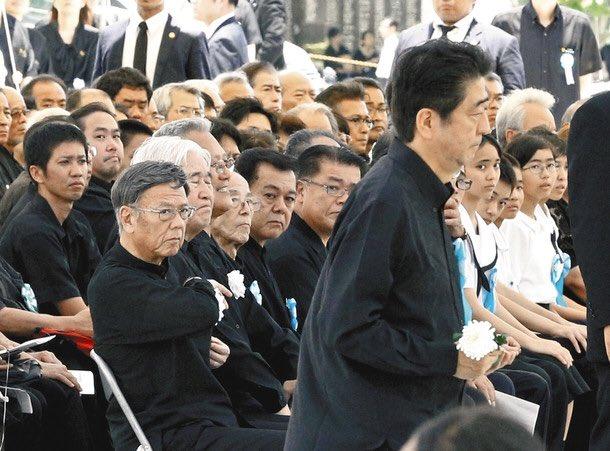 すごい写真だな。すべてを物語っている。  慰霊の日、沖縄の怒り 知事「辺野古阻止へ不退転」:一面:中日新聞(CHUNICHI Web) https://t.co/eB1ukp8TEU