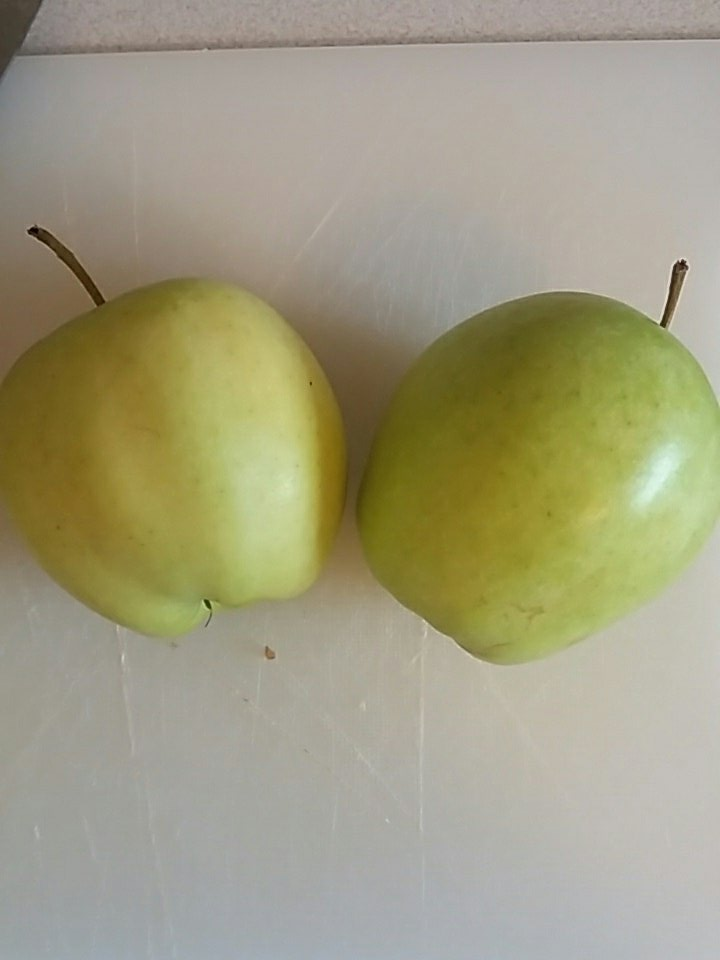 & two golden pipins paired & cut in (can't get pippins so hoping 1.5 golden delicious will substitute) #recipesconf https://t.co/BHCT2uihUC