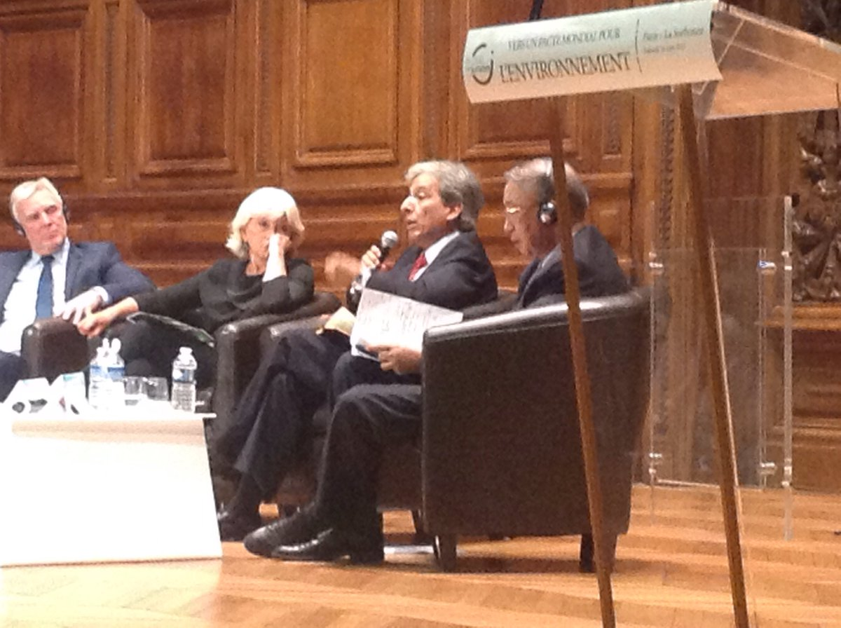 &#39;We need France to defend the Paris agreement.&#39; #COP21 #PactEnvironment<br>http://pic.twitter.com/Rd3q19XRyI