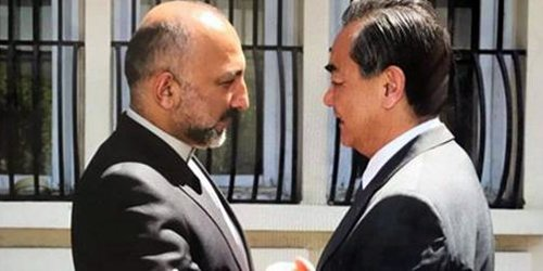 #Chinese Foreign Minister Wang Yi arrived in #Kabul and welcomed by Afghan NSC Haneef #Atmar in Presidential Palace.