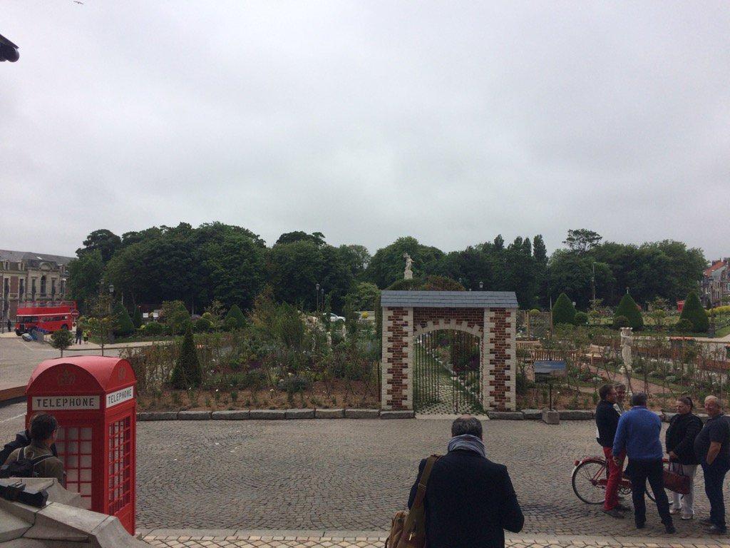 1000 touristes britanniq invités par Calais pr relancer tourisme+commerce #Waiting for the Brits #Mairie de Calais pic.twitter.com/cRv9UveaKH