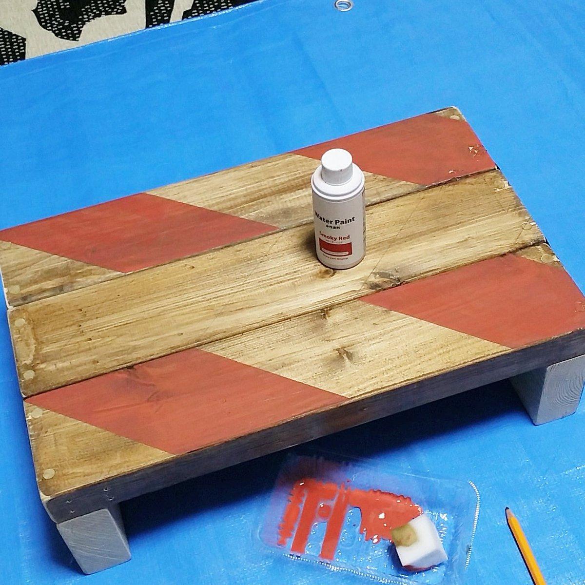 test ツイッターメディア - 100均セリアの水性塗料でヘリンボーンみたいにペイントしてみました。仕上げは紙やすりで塗装を少し削ってジャンクな男前インテリアに合う雰囲気にしたつもりです。 #diy女子 #100均diy #セリア ★作り方はhttps://t.co/f6zVUapiKm https://t.co/xDsDjJRs9D
