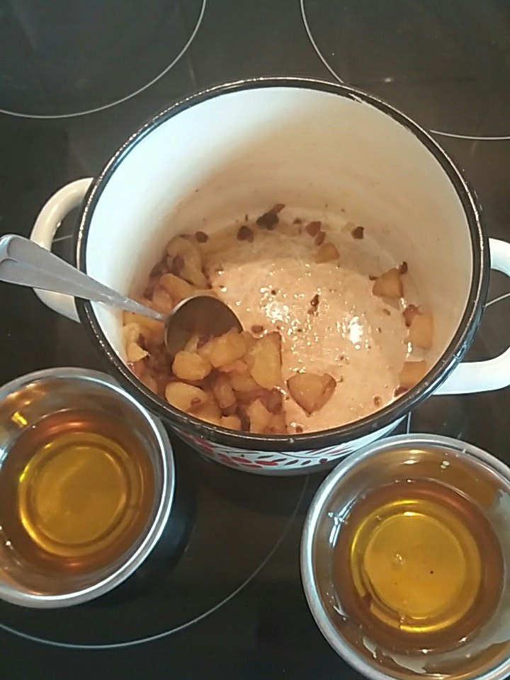 turn down some large china cups & pour it into the bottom to make cakes [I strained the apples out!] #recipesconf https://t.co/iC7HiwQcRG