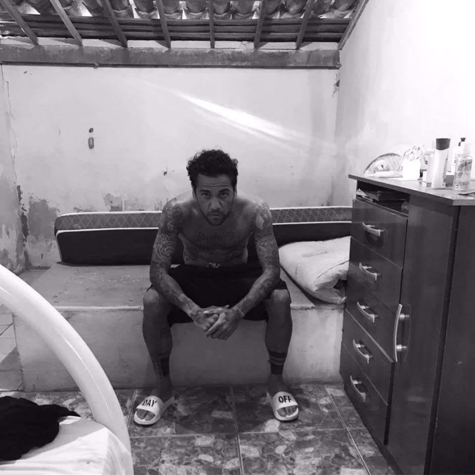 Dani Alves in his old bedroom in Brazil   #Brazil  #DaniAlves <br>http://pic.twitter.com/cLDNkb5YRa