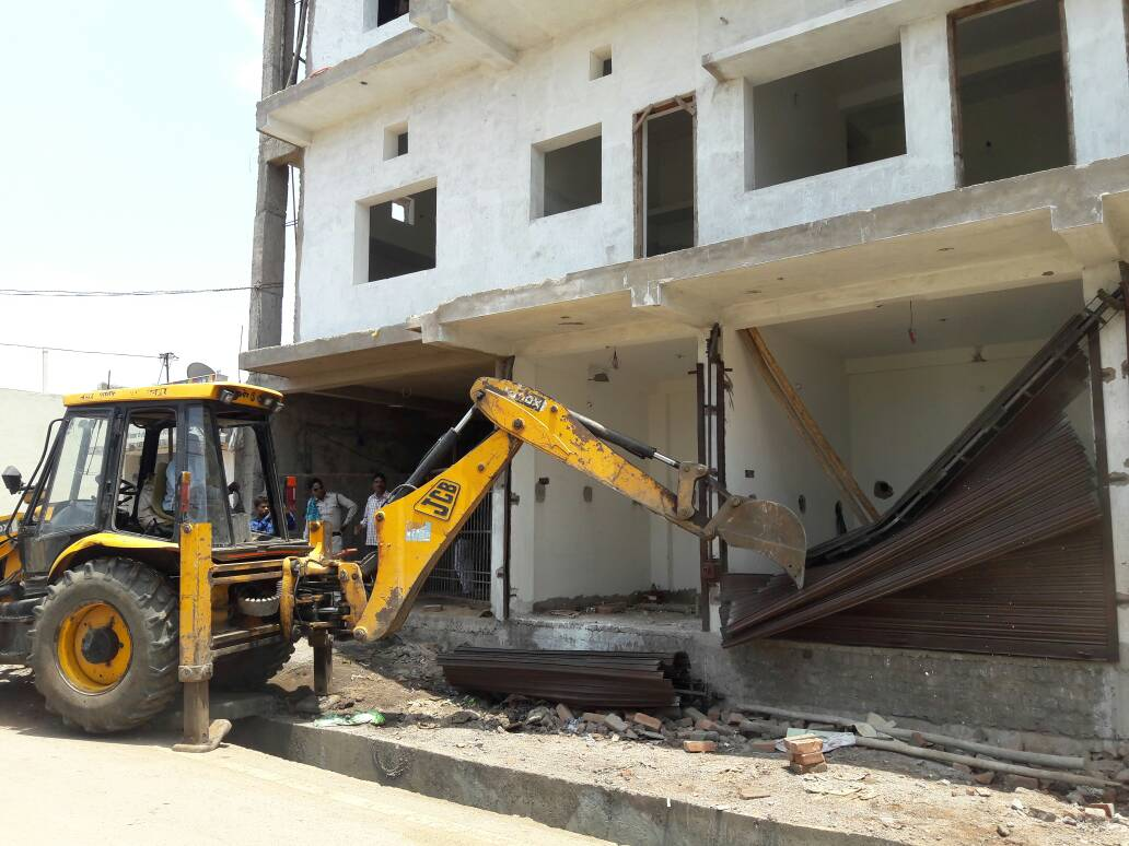 RMC is taking strict action against illegal constructions in Shivanand Nagar of zone 1. Demolishing work is in progress by #RMC officials. <br>http://pic.twitter.com/PIGaesJ2YF