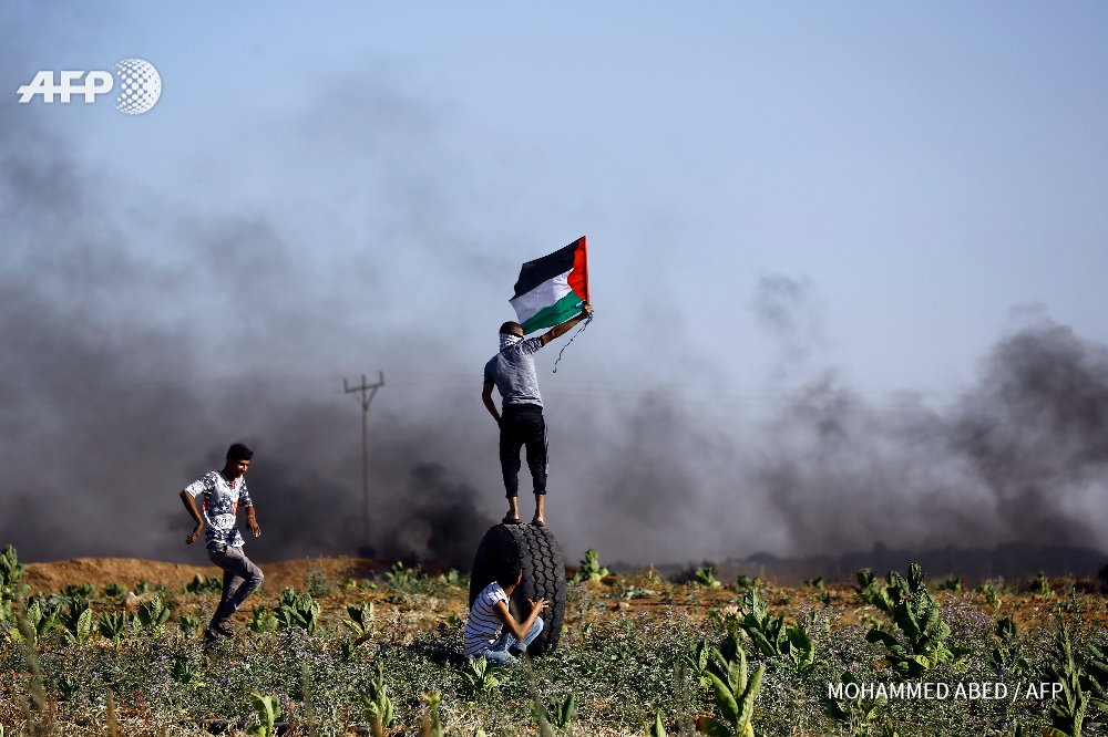 GAZA - Palestinian protesters clash with Israeli security forces near Jabalia refugee camp yesterday.  @mohmdabed #AFP <br>http://pic.twitter.com/aVeG7yYhhJ