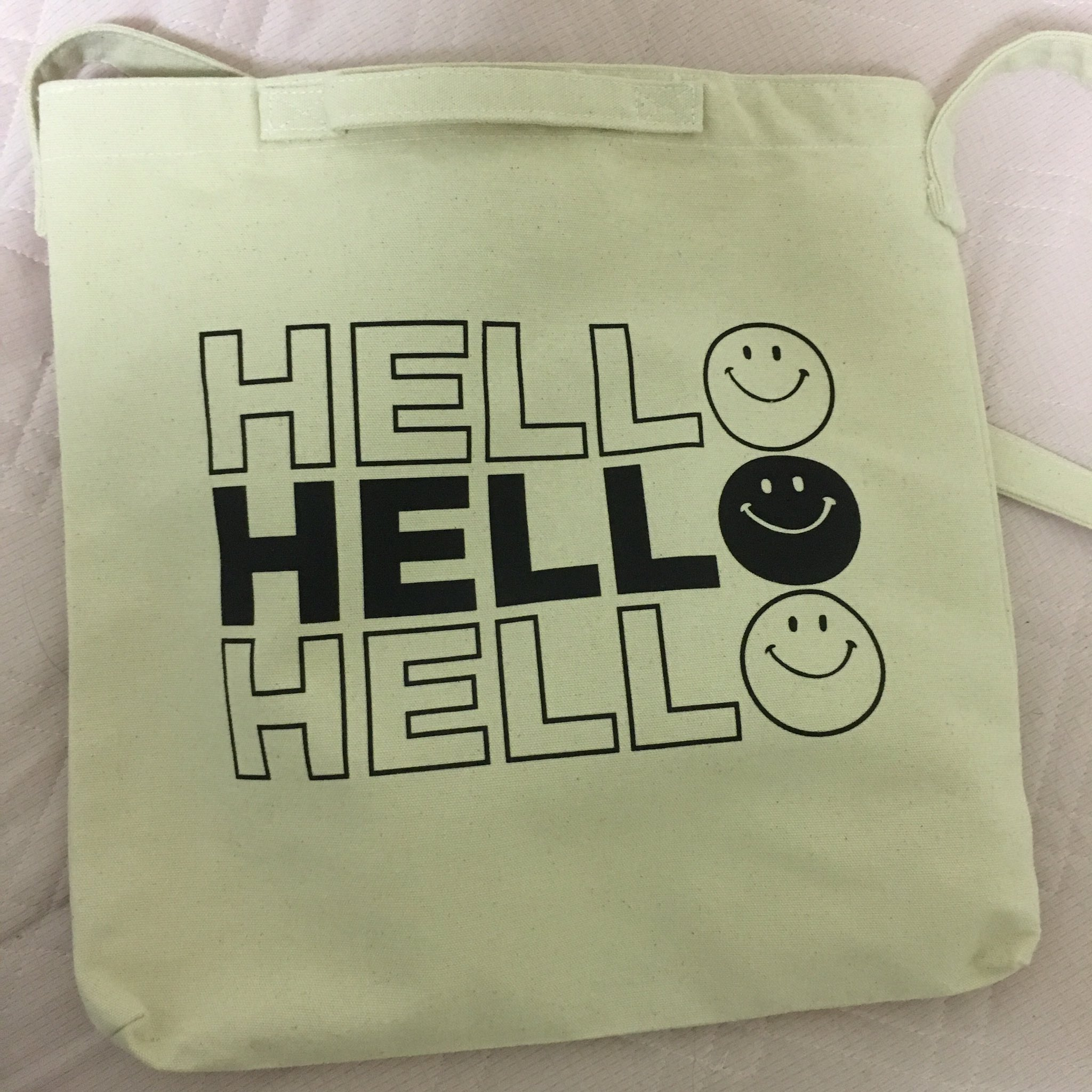 このバッグ見た時、 「地獄🙂 地獄🙂 地獄🙂」 て書いてあってから、怖っ……て言ったら妹が「ハローじゃない?」って言って、ぁぁあああ………て頭抱えた