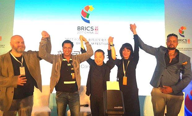 . @imbhandarkar 's #MumbaiMist receives standing ovation at #China premiere  http:// bit.ly/2u08Ocw  &nbsp;  <br>http://pic.twitter.com/3oDuGP9fE8