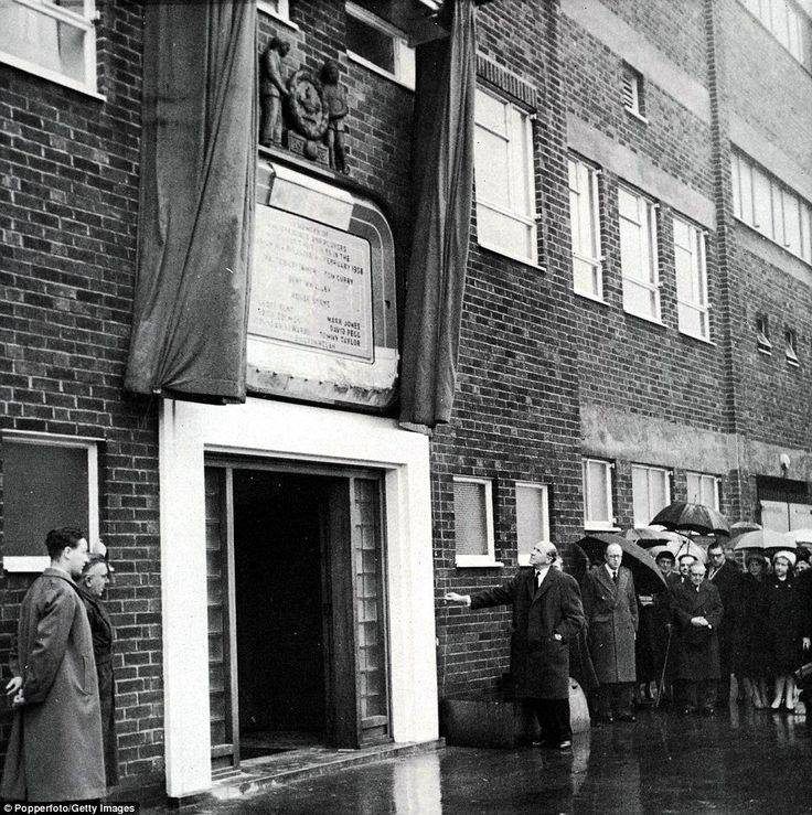 Sir Matt Busby unveils the original Munich Plaque: 25 February: 1960 #ManchesterUnited #mufc<br>http://pic.twitter.com/zCYXTiAroZ