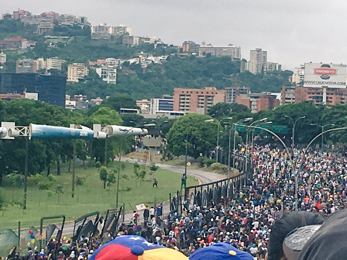 via @csociosPcotos: #24Jun Algunos jóvenes traspasan rejas de #LaCarlota. 3:12pm #Venezuela https://t.co/xMLARTX52i