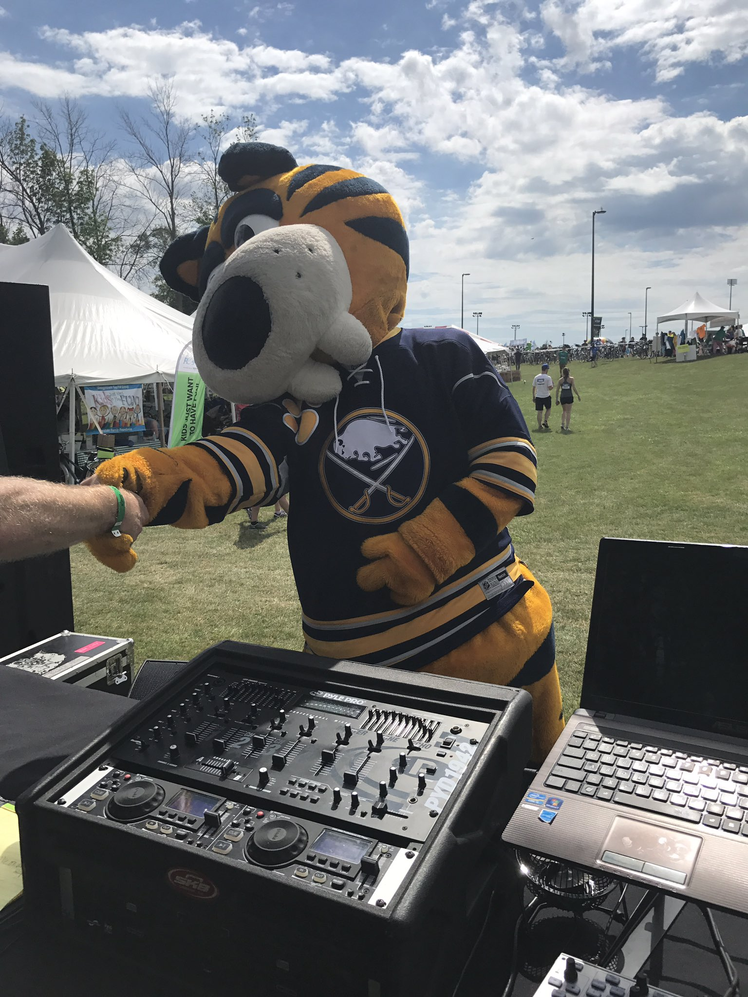 Sabretooth is rocking out at #rfr17 @BuffaloSabres https://t.co/hnJm4kEGf4
