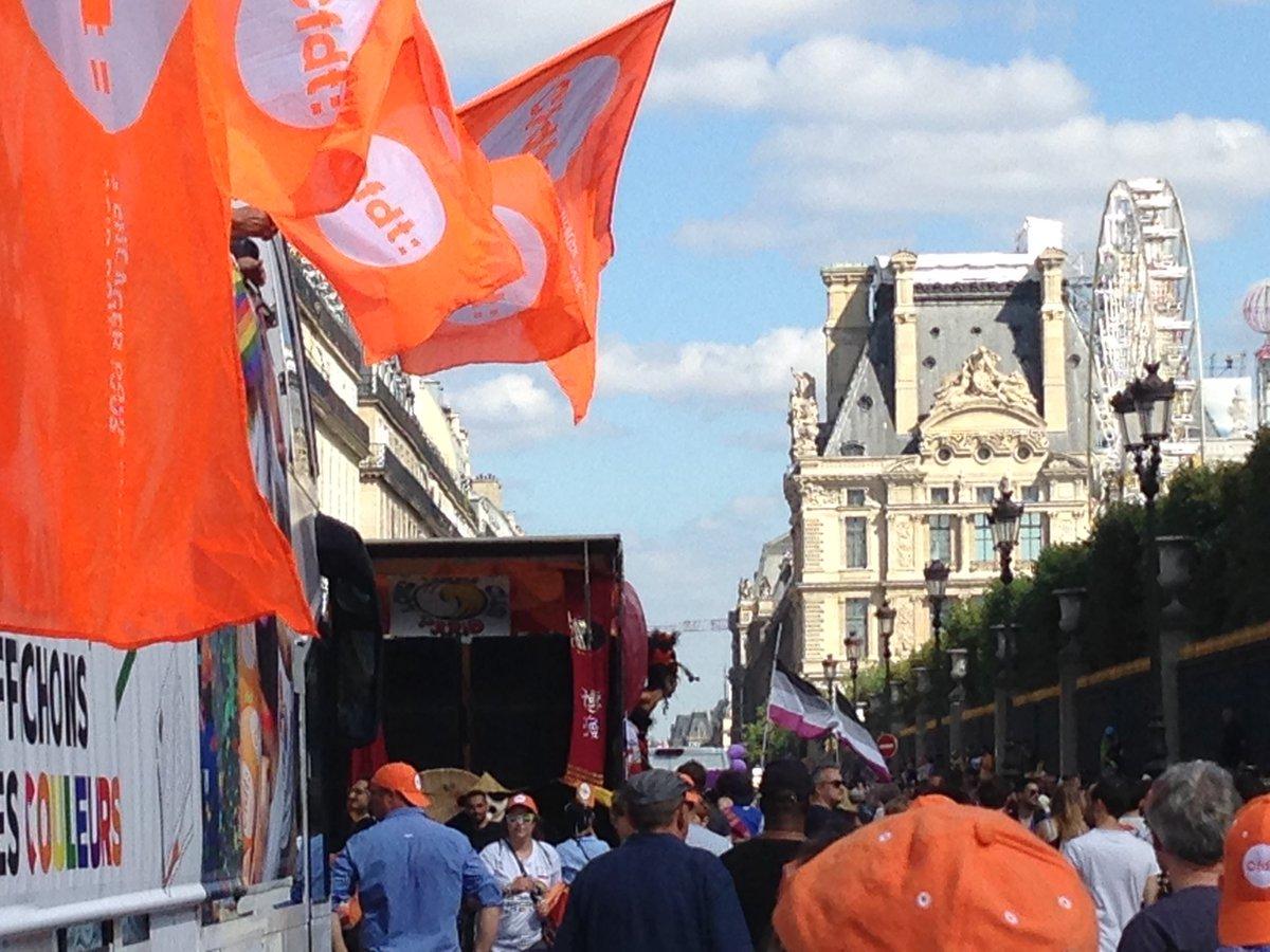 #marchesdesfiertes #LGBTIQ les monuments de @Paris accompagnent la @CFDT de la #concorde à la #Republique !