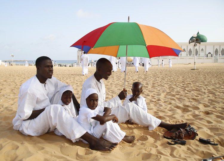 #Senegal  A family sits on the beach in Dakar, awaiting prayer time at the nearby Mausolée De Seydina Limamou. #EidAlFitr #BlackOutEid<br>http://pic.twitter.com/WxTYwEfakN