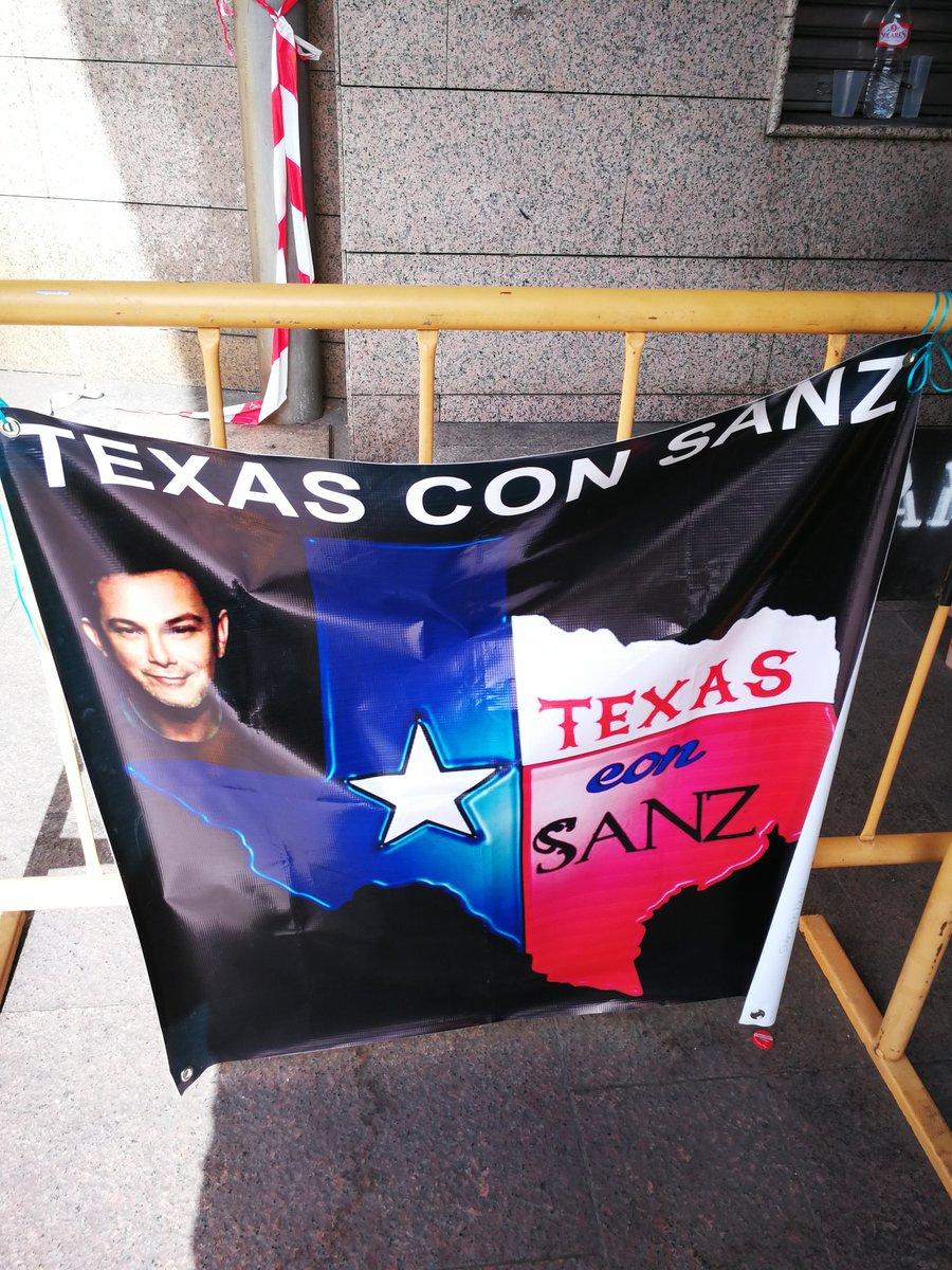 """Y """"ella"""" , la música , ya se viste de gala en el #calderon . @AlejandroSanz la mira de nuevo , como la primera vez . #másesmás pic.twitter.com/a5kLkDVYQ3"""
