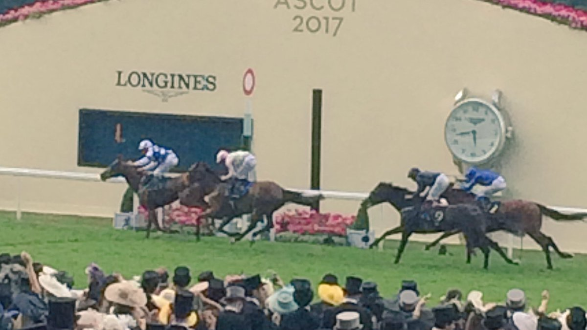 The four market leaders clear of the field, but it's the 9yo Oriental Fox who wins the Queen Alexandra Stakes for a second time!
