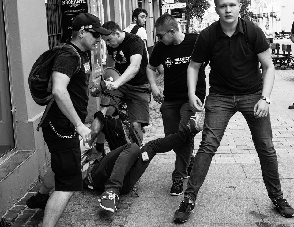 Poland AD2017, Radom, group of neonazis attacking a man 50+ No police, no city guards. (photo: Filip Błażejowski) https://t.co/Ps1J2aBwwc