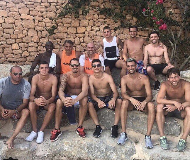 Mais que fait l'agent de Verratti avec la bande à Zlatan ? #verratti #psg #Teampsg #zlatan #pastore #maxwel #mercato #transfert #ligue1pic.twitter.com/SOtdheMJwM