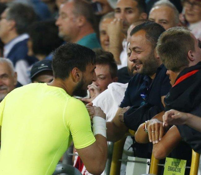 Donnarumma foi cumprimentar Enzo Raiola (primo do Mino) após a vitória da Itália U21 sobre a Alemanha.