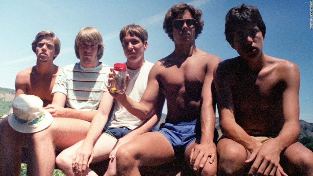 Five guys take same photo for 35 years https://t.co/fNxMyKCtoz