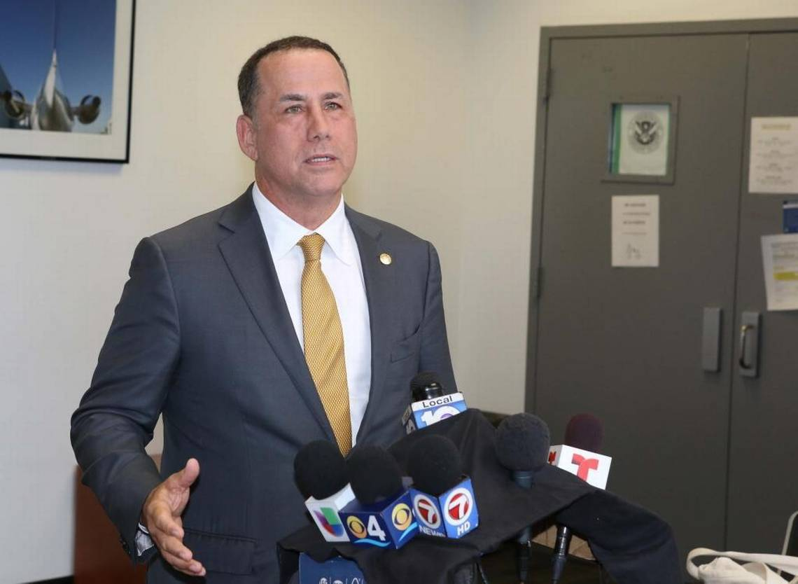 Miami Beach police union delivers no-confidence vote against mayor https://t.co/a7jbbsADAe