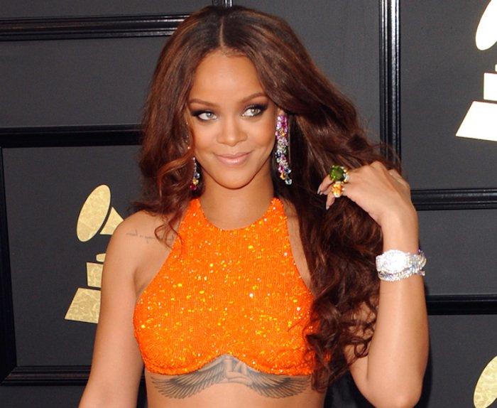 Rihanna topless et avec un drôle de truc dans la bouche…. https://t.co/A70XSIeLkD #Musique #Instagram #Rihanna #sexy