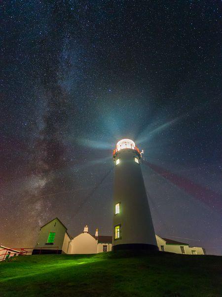 Lighthouse under the auroraborealis, Fanad, Donegal, Ireland. Thanks to @hostelireland #Auroraborealis #StormHour<br>http://pic.twitter.com/sedP8gBxIo