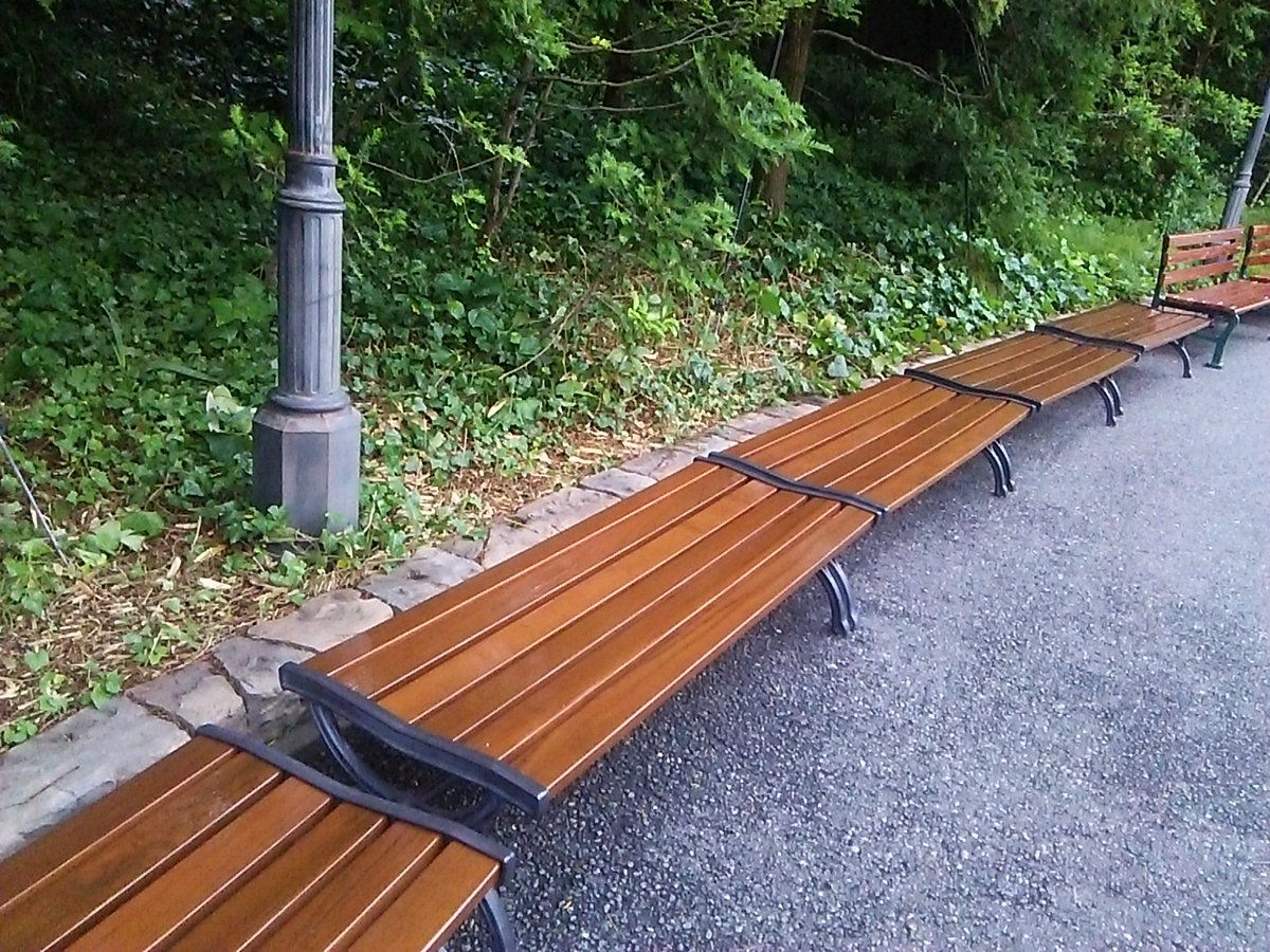 ポートディスカバリー-ハーバー間のベンチは復活してる。ニスでも塗り直したか?