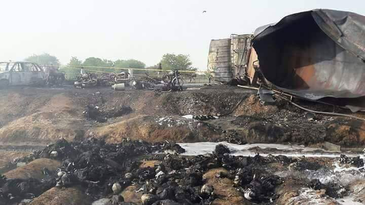 DETAILS: Oil tanker overturned, spilling its payload on #Bahawalpur hi...