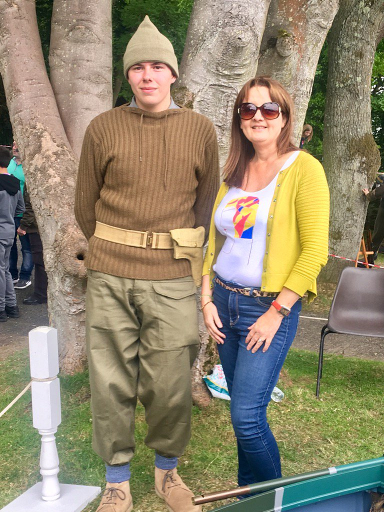 Hanging with a British Commando today at Grey Point Fort. He likes my #handpainted #vogue #tshirt #ArmedForcesDay<br>http://pic.twitter.com/sNCWVIxIjJ
