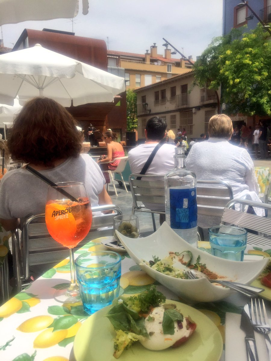 Current situation in #Zaragoza -good food, music &amp; aperol spritz in the sunshine! Perfect!!  #SpainCities<br>http://pic.twitter.com/pZmGmKIv4i
