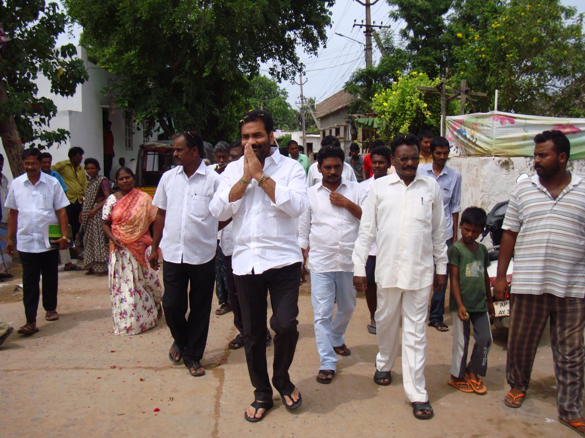 Prajaabaata in 17th division &amp; distributed books,bags in RCM school. Let&#39;s question &amp; demand the Govt. to fulfil poll promises. #nellore <br>http://pic.twitter.com/0bwOtPl2BA