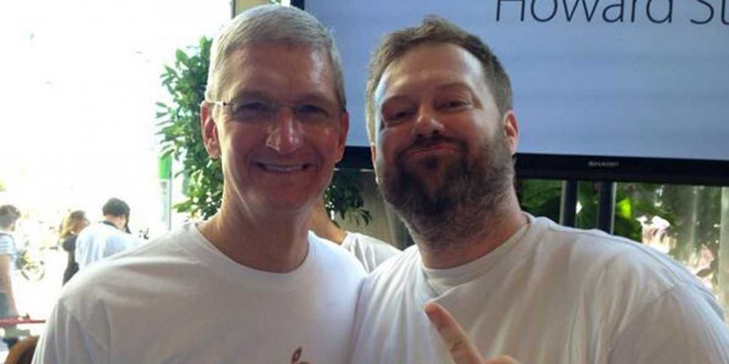 I hope you didn&#39;t tweet this from an iPhone! Here&#39;s Apple CEO Tim Cook at #Pride! <br>http://pic.twitter.com/7Vo4HItlJE